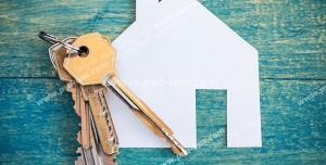 عکس با کیفیت تبلیغاتی خانه کاغذی و یک دسته کلید روی آن