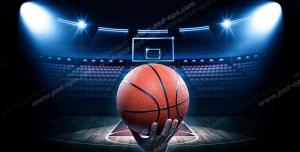 عکس با کیفیت تبلیغاتی توپ بسکتبال روی دست شخص با پس زمینه سالن بسکتبال