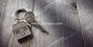 عکس با کیفیت تبلیغاتی کلید با جا کلیدی شکل خانه رو سطح چوبی