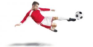 عکس با کیفیت تبلیغاتی بازیکن قرمز پوش در حال شوت زدن به توپ فوتبال
