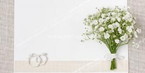 عکس با کیفیت تبلیغاتی کارت سفید عروسی با یک دسته گل کوچک در سمت راست آن