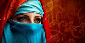 عکس با کیفیت تبلیغاتی زن با روبند آبی و شال نارنجی
