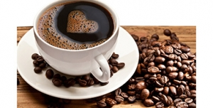 تصویر با کیفیت از فنجان قهوه و دانه های قهوه