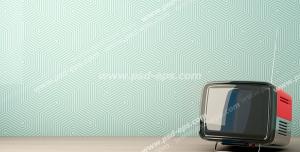 عکس با کیفیت تبلیغاتی تلویزیون قدیمی در گوشه ای از اتاق و کاغذ دیواری به رنگ آبی