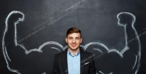عکس با کیفیت تبلیغاتی مرد ایستاده و پشت به طراحی بازوهای بزرگ و قدرتمند