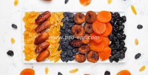 عکس با کیفیت تبلیغاتی میوه های خشک شده در سینی و بیرون از آن