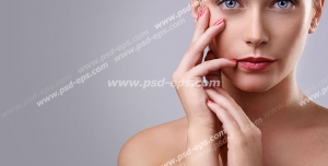 عکس با کیفیت تبلیغاتی مدل زن با صورت شفاف و دستان لطیف در بک گراند خاکستری