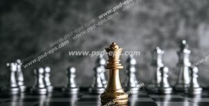 عکس با کیفیت تبلیغاتی مهره های سرباز شطرنج به رنگ نقره ای و مهره ی شاه به رنگ طلایی