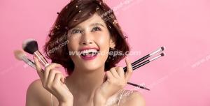 عکس با کیفیت تبلیغاتی براش آرایش در دست مدل و بک گراند صورتی