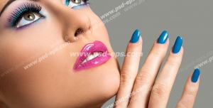 عکس با کیفیت تبلیغاتی زن با آرایش زیبا و ناخن های لاک زده به رنگ آبی