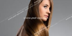 عکس با کیفیت تبلیغاتی موهای قهوه ای طلای بلند ریخته شده بر روی دوش زن در بک گراند خاکستری