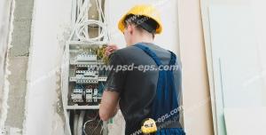 عکس با کیفیت تبلیغاتی مرد برق کار درحال برسی برق های ساختمان