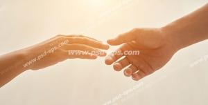 عکس با کیفیت تبلیغاتی دو دست در حال نزدیک شدن و گرفتن یکدیگر