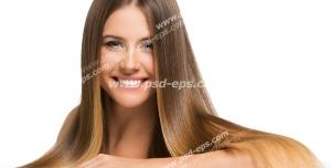 عکس با کیفیت تبلیغاتی زن با موهای قهوه ای بلند و لبخند بر لب در بک گراند سفید