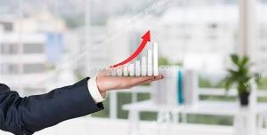 عکس با کیفیت تبلیغاتی جدول نمودار در دست مرد و فلش قرمز به سمت بالا بر روی نمودار