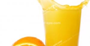 عکس با کیفیت تبلیغاتی برشی از پرتقال در حال افتادن داخل لیوان آب پرتقال و پرتقال برش خورده در کنار لیوان در بک گراند سفید