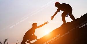 عکس با کیفیت تبلیغاتی دو مرد در حالا کمک کردن برای بالا رفتن از کوه و طلوع خورشید