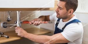 عکس با کیفیت تبلیغاتی مرد در حال تعمیرات لوله ها