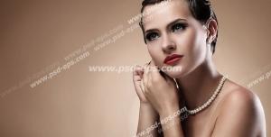 عکس با کیفیت تبلیغاتی زن در حال گوشواره گوش کردن و موهای شنیون شده و آرایش زیبا ملیح در بک گراند کرمی
