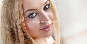 عکس با کیفیت تبلیغاتی زن با موهای زیبا به رنگ طلایی و آرایش ملیح