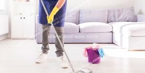 عکس با کیفیت تبلیغاتی مرد در حال طی زدن سرامیک های خانه