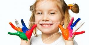 عکس با کیفیت تبلیغاتی دختر بچه زیبا با دستان رنگارنگ
