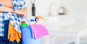 عکس با کیفیت تبلیغاتی سطل وسایل نظافت در دست مرد با لباس چهرخانه آبی در خانه