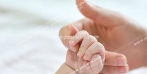 عکس با کیفیت تبلیغاتی گرفتن انگشت مادر توسط نوزاد