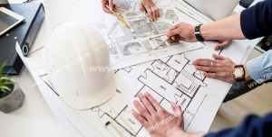 عکس با کیفیت تبلیغاتی مهندسان در کنار یکدیگر و در حال برسی نقشه ساختمان