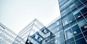 عکس با کیفیت تبلیغاتی ساختمان های شیشه ای از نمای پایین و آسمان آبی