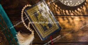 عکس با کیفیت تبلیغاتی تسبیح میان قرآن و در کنار سجاده نماز