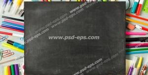 عکس با کیفیت تبلیغاتی یک مقوای مشکی بر روی ماژیک های رنگارنگ و مداد رنگی و آبرنگ