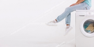 عکس با کیفیت تبلیغاتی دختر نشسته بر روی لباسشویی سفید در بک گراند سفید