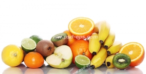 عکس با کیفیت تبلیغاتی میوه های خوشمزه بر روی میز سفید و انعکاس تصویرشان بر روی میز