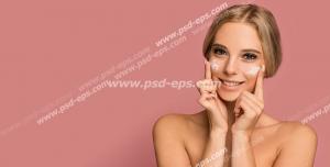 عکس با کیفیت تبلیغاتی کرم سفید کننده بر روی گونه های زن و زن لبخند بر لب در بک گراند صورتی