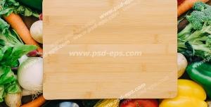 عکس با کیفیت تبلیغاتی تخته گوشت بر روی سبزیجات