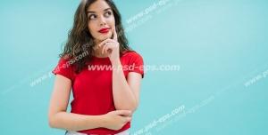 عکس با کیفیت تبلیغاتی زن با چهره زیبا و موهای باز و لباس قرمز در حال فکر کردن و دیوار آبی آسمانی پشت سرش