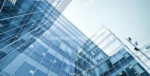عکس با کیفیت تبلیغاتی ساختما های شیشه ای زیبا از زاویه پایین و آسمان آبی