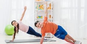 عکس با کیفیت تبلیغاتی دختر بچه و پسر بچه در حال ورزش کردن در اتاق خواب