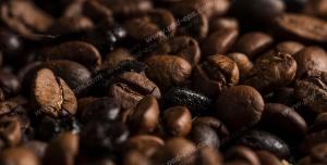 عکس با کیفیت تبلیغاتی دانه های قهوه از نمای نزدیک
