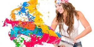 عکس با کیفیت تبلیغاتی سطل در دست زن و در حال پاشیدن رنگ رنگارنگ به بیرون
