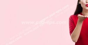 عکس با کیفیت تبلیغاتی زن با لباس قرمز در حال بوسه فرستادن در بک گراند صورتی