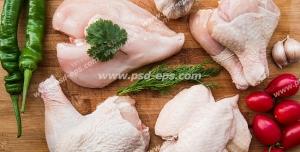 عکس با کیفیت تبلیغاتی فلفل دلمه ای سبز و گوجه و سیر در کنار تکه های مرغ بر روی تخته گوشت