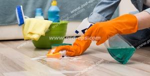 عکس با کیفیت تبلیغاتی زن در حال تمیز کردن پارکت ها و سطل وسایل مورد نیاز در کنارش