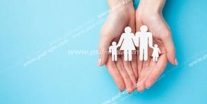 عکس با کیفیت تبلیغاتی خانواده کاغذی در دستان زن در بک گراند آبی