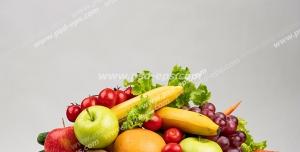 عکس با کیفیت تبلیغاتی کوه میوه و سبزیجات در بک گراند سفید