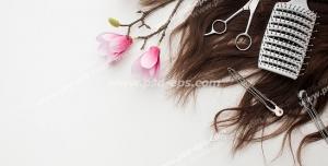 عکس با کیفیت تبلیغاتی برس و قیچی و شاخه گل های صورتی قرار گرفته بر روی مو