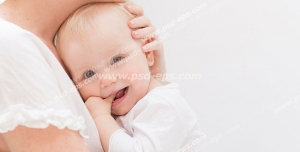 عکس با کیفیت تبلیغاتی کودک زیبا در آغوش مادر در بک گراند سفید