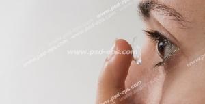 عکس با کیفیت تبلیغاتی زن در حال گذاشتن لنز به داخل چشم