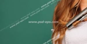 عکس با کیفیت تبلیغاتی زن در حال فر کردن مو با استفاده از بابلیس در بک گراند سبز
